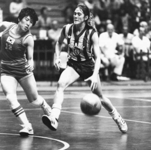 A jogadora Hortência jogando basquete, quando jovem