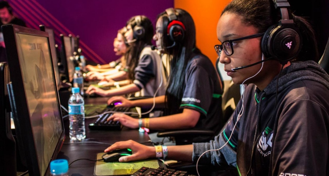 Imagem da jogadora de eSports Cherna jogando com outras jogadoras