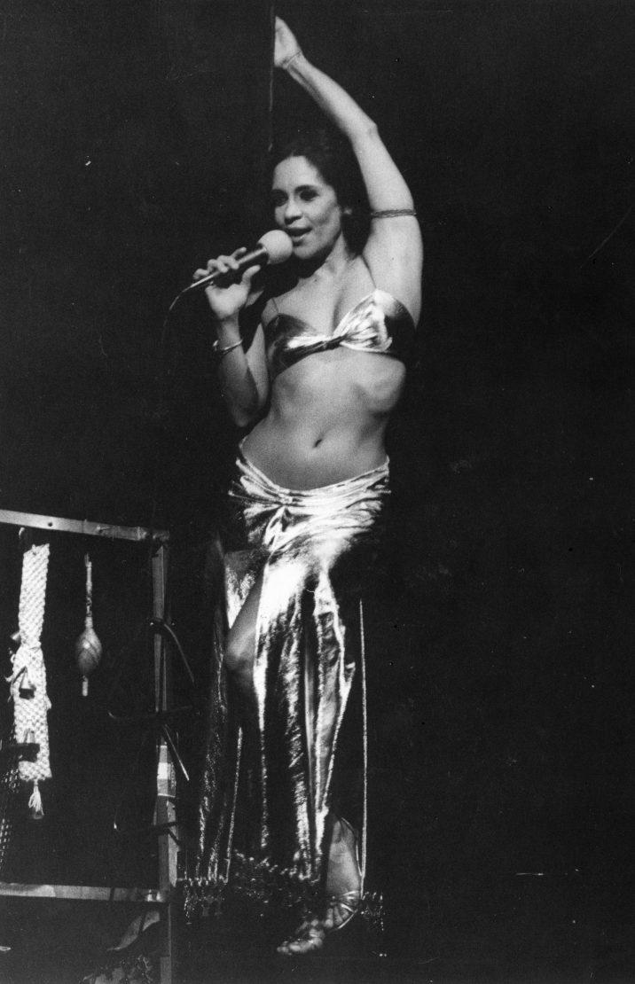 Cantora Gal Costa jovem cantando