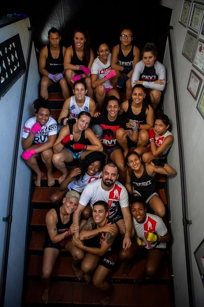 """Equipe da """"PRVT Girls"""", como são chamadas as atletas femininas de Mestre Paraná, na escada da academia em Niterói."""