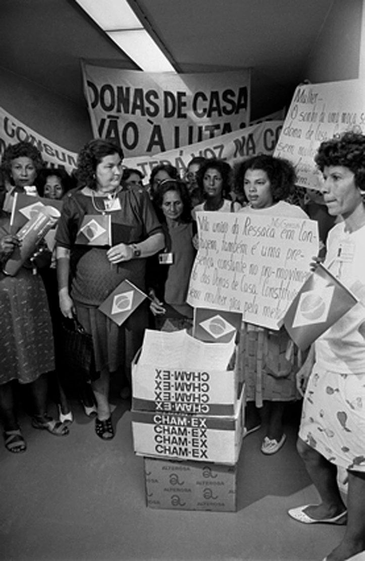 Foto de manifestação de donas de casa na época da constituinte