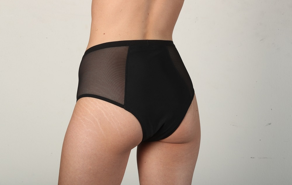 Modelo com calcinha absorvente preta