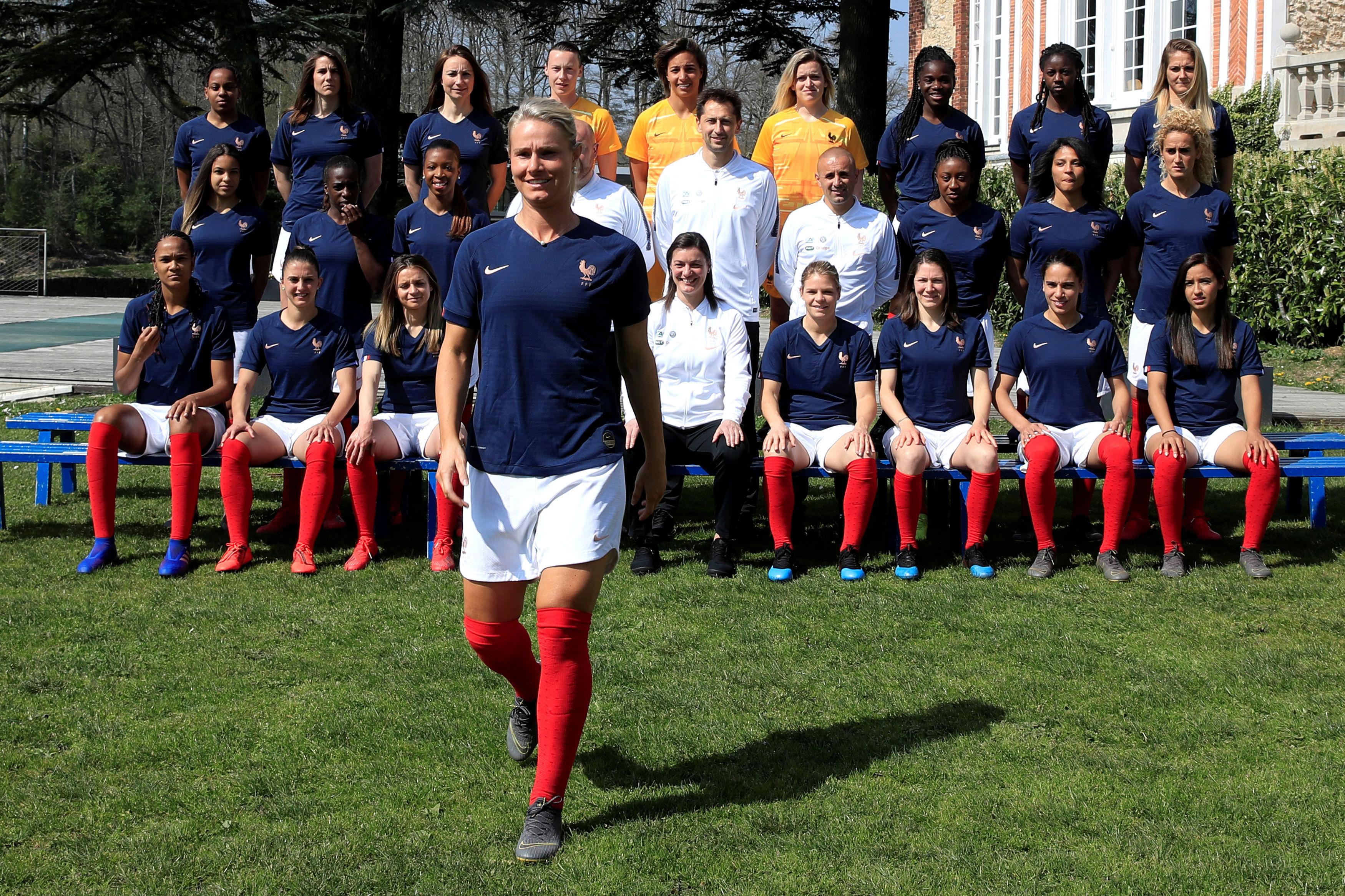 Foto da seleção francesa feminina, com a jogadora Amandine Henry à frente