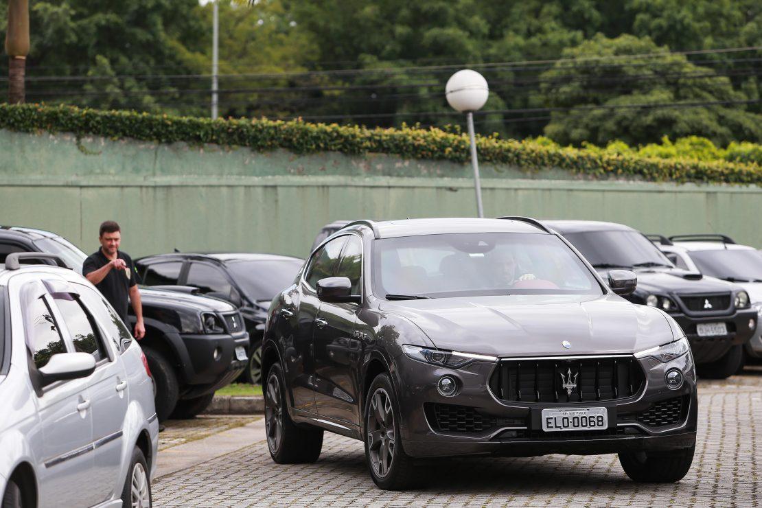 Na foto, um carro preto apreendido pela PF