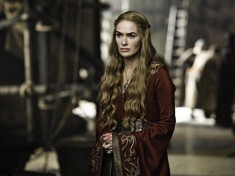 Cersei usa vestido bordô com manga bordada em dourado