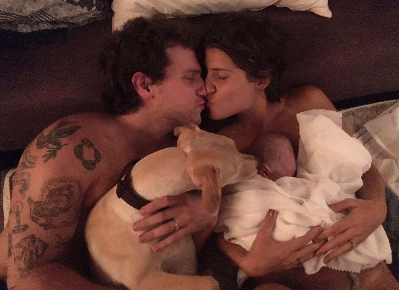 Tatiana e seu marido se beijam e comemoram nascimento do bebê logo após fim do parto