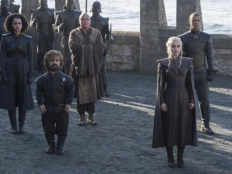Daenerys está ladeada por seus companheiros e vestida para a guerra, com calças e blusa com ombreirasF