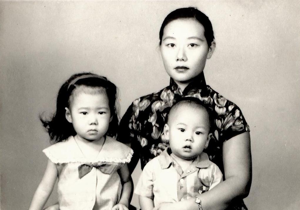 Fotografia antiga de Liu Lin com mãe e irmão