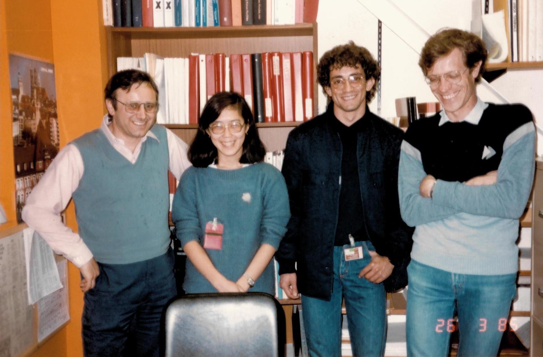 Quatro cientistas lado a lado; somente um é mulher
