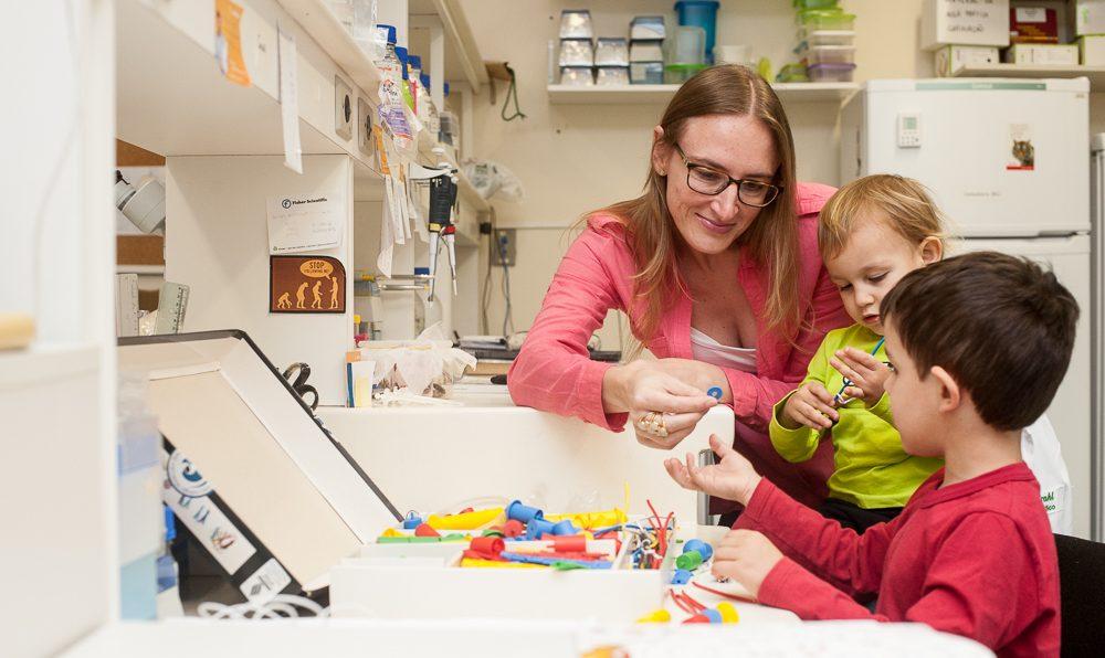 Professora Fernanda Staniscuaki brincando com dois filhos