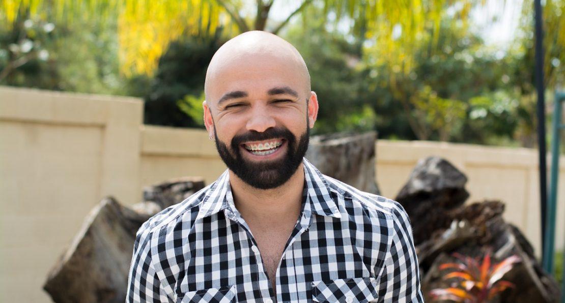 Fotografia de pessoa diagnosticada com Aids sorrindo