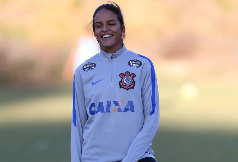 Jogadora de futebol feminino sorrindo
