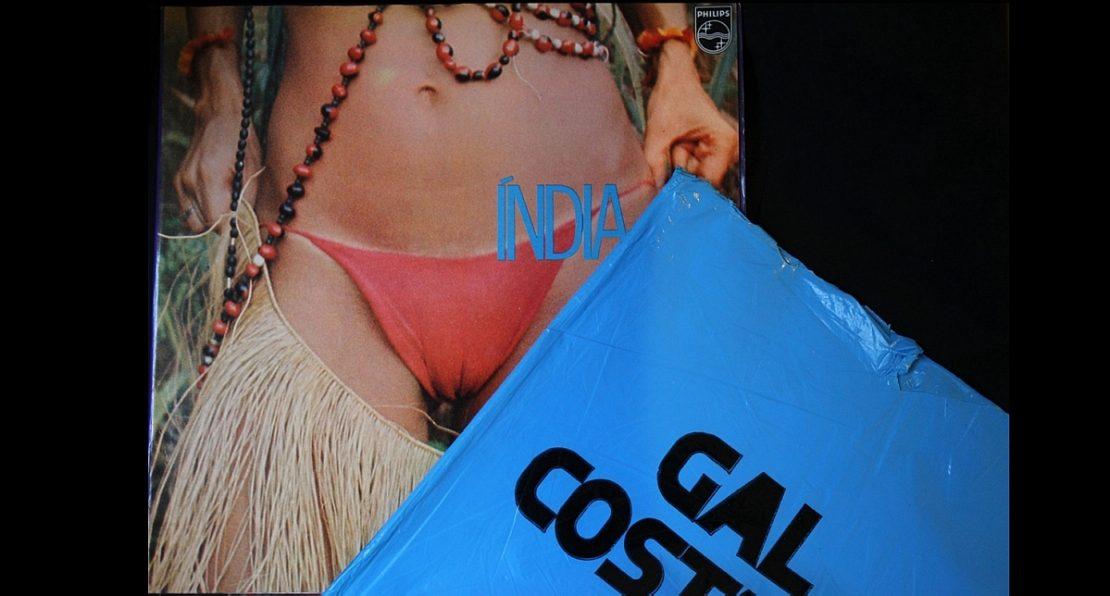 Capa do disco Índia mostra barriga e pernas de Gal Costa. Ela está de biquíni vermelho, tem saia de franjas e está com colares. Ao lado, se vê a capa azul usada para esconder a imagem, a pedido da censura