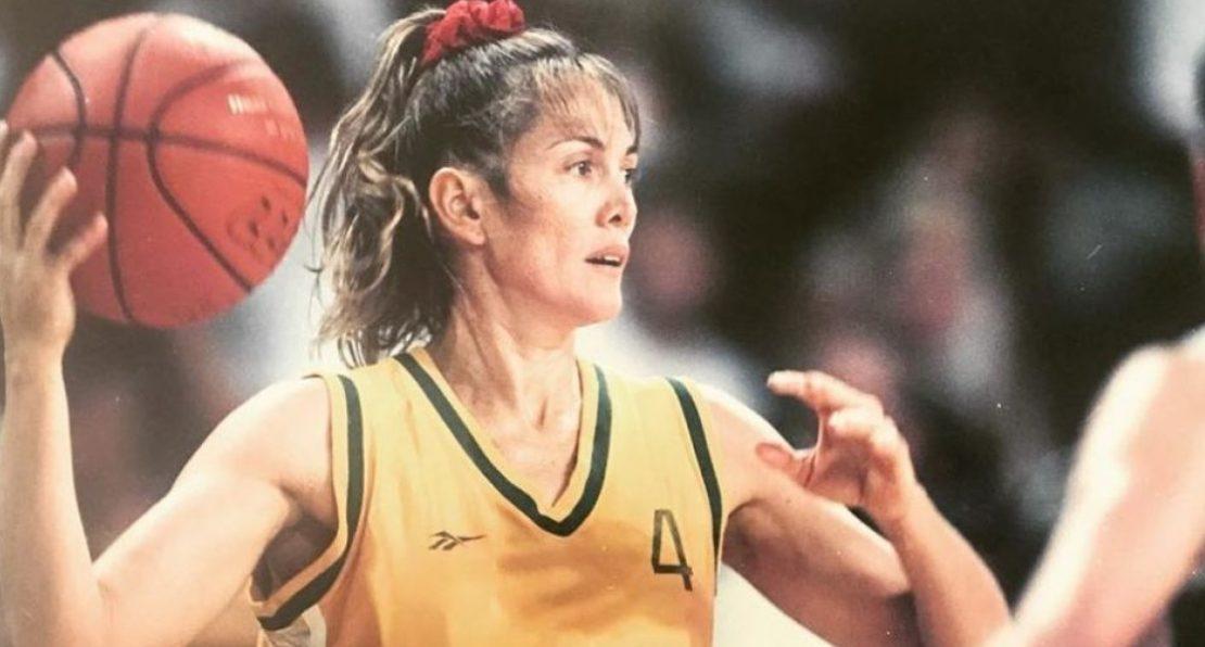 Jogadora Hortência com bola de basquete na mão