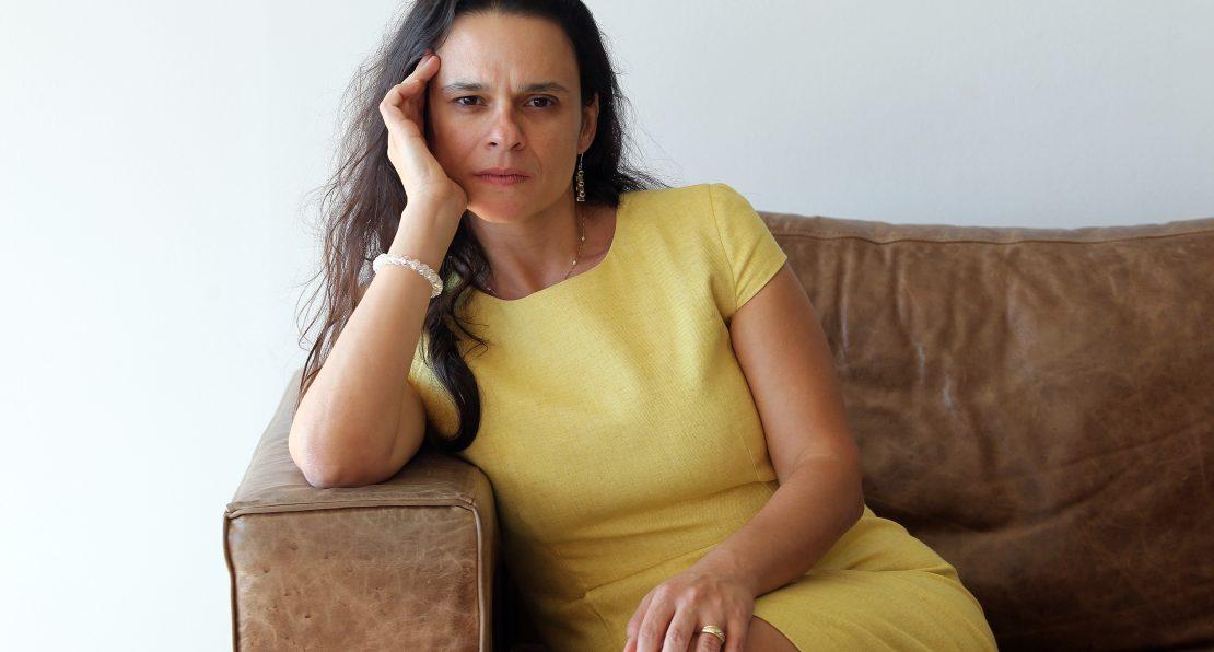 Fotografia da deputada Janaína Paschoal sentada no sofá