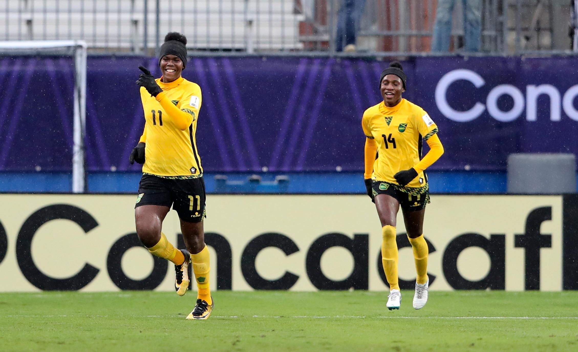 Khaduja Shaw e outra jogadora da Jamaica aquecem para uma partida