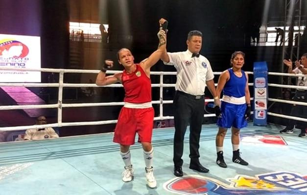 Lutadora de boxe ganhando luta