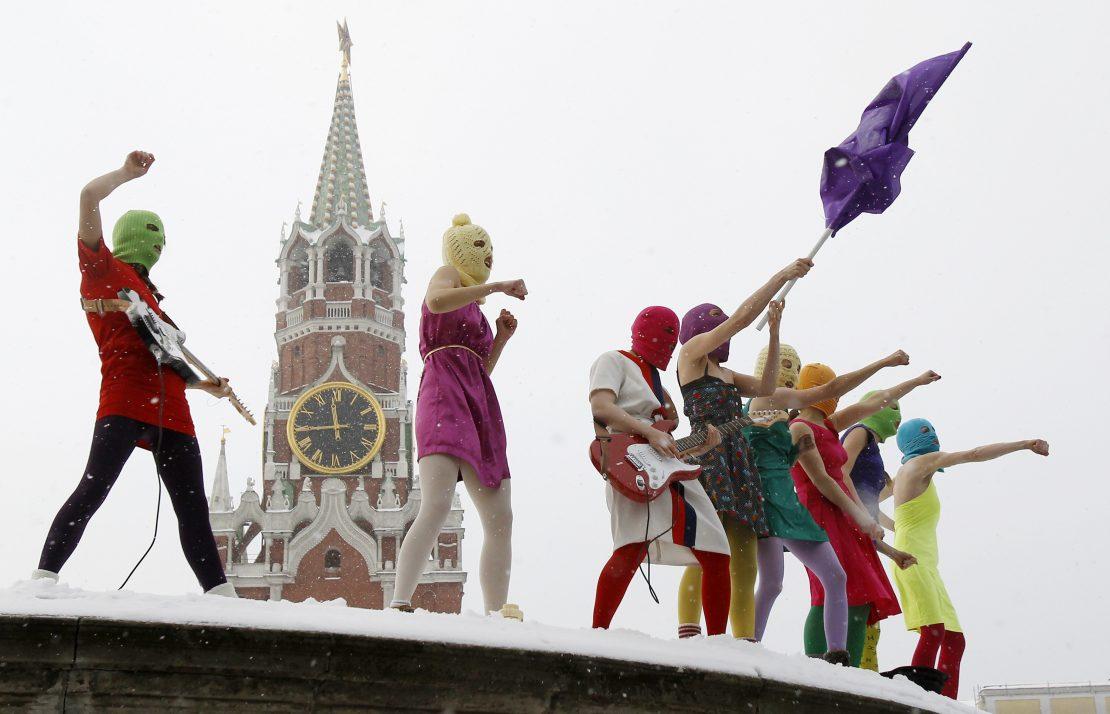 Integrantes do movimento feminista punk Pussy Riot protestam na Praça Vermelha, em Moscou, no local antes usado para pronunciamentos de decretos dos czares (20/01/2012)