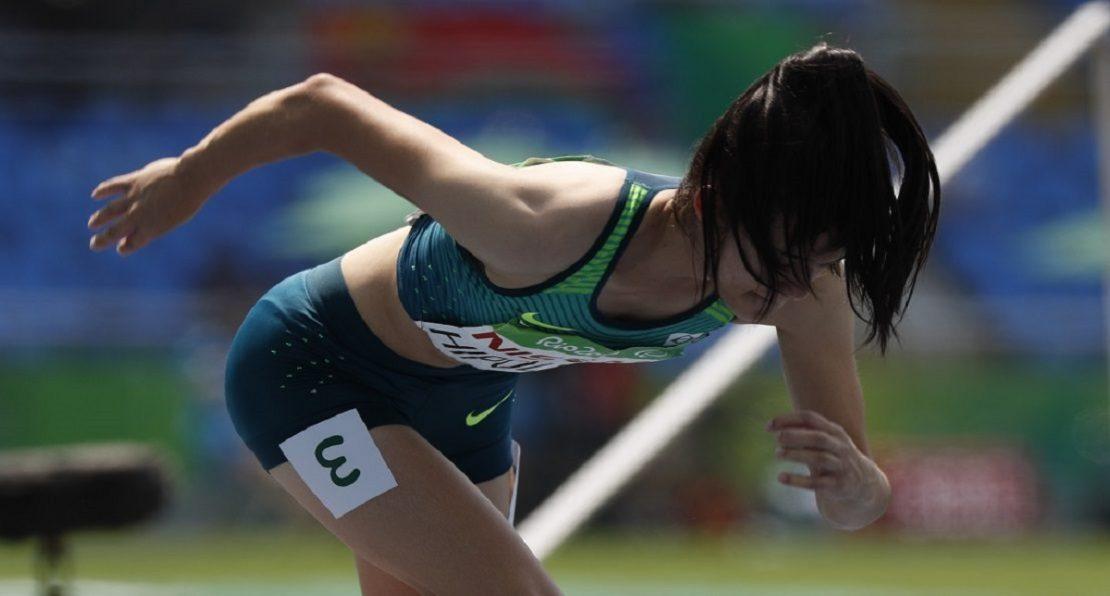 A atleta paralímpica Verônica Hipólito disputa competição de atletismo. Seu cabelo cai no rosto durante a largada de uma prova de corrida