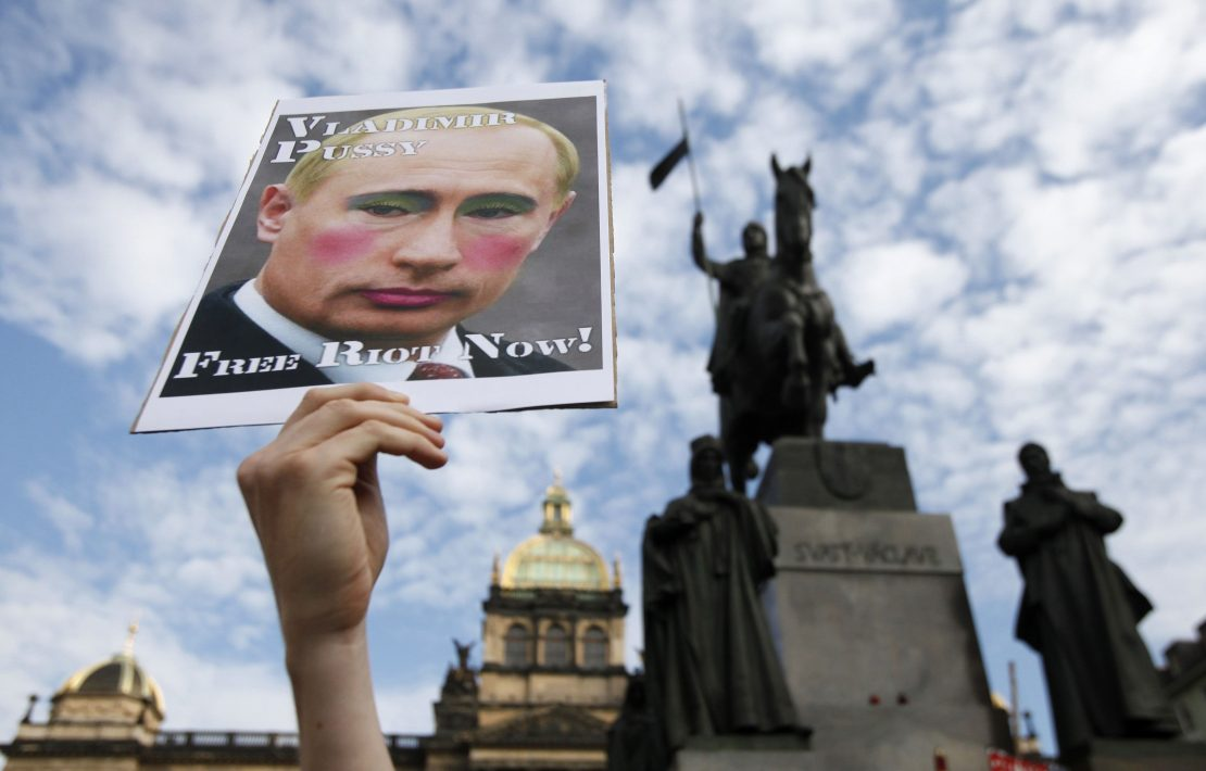 Ativista protesta contra o autoritarismo de Vladimir Putin em Praga, na República Tcheca, e pede a libertação de três integrantes do Pussy Riot da prisão (17/08/2012)