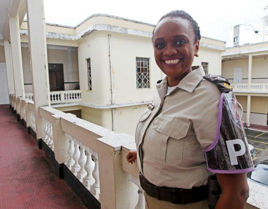 Major Denice sorrindo com uniforme da polícia